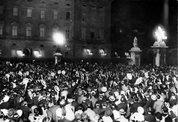 Crowd outside Buckingham Palace on the night of August 4, 1914