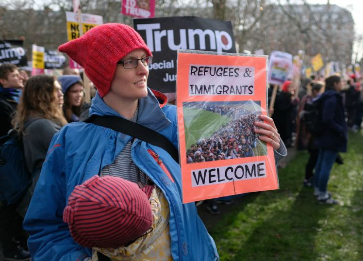 "British protest against Trump refugee order: ""Refugees & immigrants welcome"""