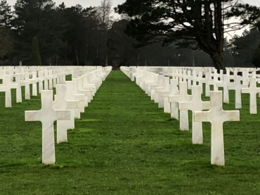 A few of the 9,380 graves at the Normandy American Cemetery in Colleville-sur-Mer, France - CC BY-SA 4.0 (Chris Gehrz)